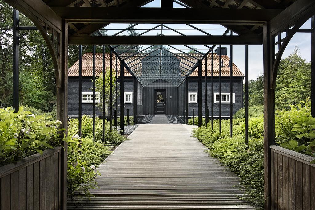 Buitenkant huis met brug
