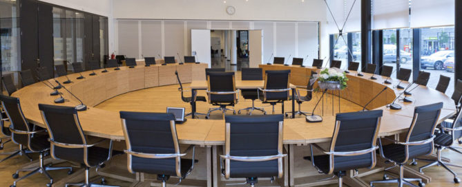 Vergaderzaal lege stoelen